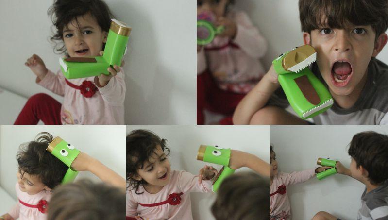 Brincando com mosntrinho com embalagem de shampoo