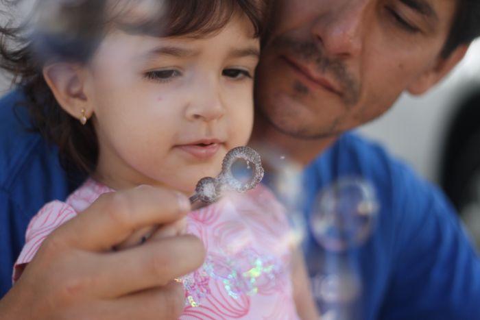 Fazendo bolhas de sabão com a Natália